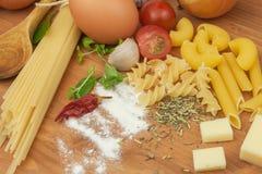 Läxapastafoods Ingredienser för att laga mat, fördelade ut på köksbordet traditionell matitalienare Royaltyfri Fotografi