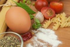 Läxapastafoods Ingredienser för att laga mat, fördelade ut på köksbordet traditionell matitalienare Royaltyfria Foton