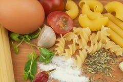 Läxapastafoods Ingredienser för att laga mat, fördelade ut på köksbordet traditionell matitalienare Royaltyfria Bilder