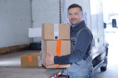 Lådor för lagerarbetarflyttning i leveranslastbil Royaltyfri Foto