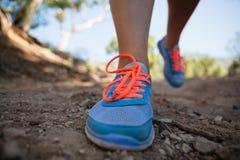 Låg-avsnitt av kvinnan som joggar i kängalägret arkivfoto