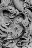 Låg basskulptur för drake på väggen Arkivfoto