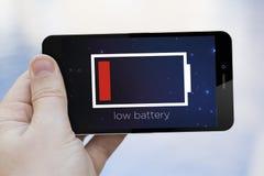 Låg batterimobiltelefon Arkivfoton