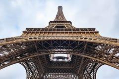 Låg bred vinkelsikt för Eiffeltorn i Paris Arkivfoton
