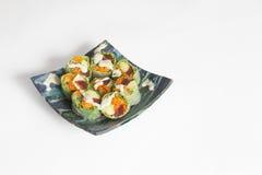 Låg Carb Salmon Sushi på den blåa krukmakeriplattan arkivfoto