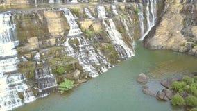 Låg del för övresikt av skummande strömmar för Pongour vatten stock video