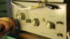 Låg-frekvens signalgenerator, närbild stock video