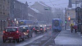 Låg-golv för TMK 2200 tramcar under snödrev i Zagreb 3 stock video