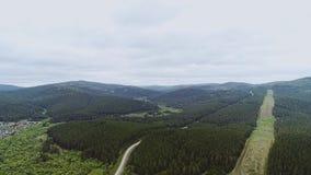 Låg gröna kullar och röjning flyg- sikt härlig natur Berg sky lager videofilmer