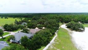 Låg höjd över en golfbana stock video