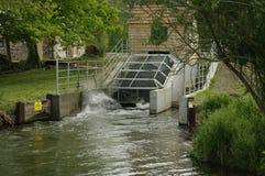 Låg head vattenkraftväxt genom att använda turbinen för Archimedean skruv royaltyfri foto
