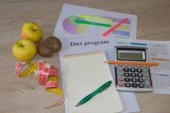 Låg-kalorin frukt bantar Banta för viktförlust Notepad penna och att mäta bandet och frukter på tabellen Vegetarian bantar för vi Arkivfoton
