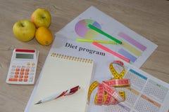Låg-kalorin frukt bantar Banta för viktförlust Notepad penna och att mäta bandet och frukter på tabellen Vegetarian bantar för vi Royaltyfri Bild