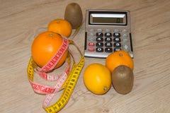 Låg-kalorin frukt bantar Banta för viktförlust Platta med att mäta bandet och frukter på tabellen Vegetarian bantar för viktförlu Arkivbild