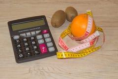 Låg-kalorin frukt bantar Banta för viktförlust Platta med att mäta bandet och frukter på tabellen Vegetarian bantar för viktförlu Royaltyfria Foton