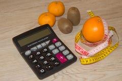 Låg-kalorin frukt bantar Banta för viktförlust Platta med att mäta bandet och frukter på tabellen Vegetarian bantar för viktförlu Royaltyfri Foto