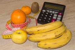 Låg-kalorin frukt bantar Banta för viktförlust Platta med att mäta bandet och frukter på tabellen Vegetarian bantar för viktförlu Royaltyfri Bild