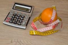 Låg-kalorin frukt bantar Banta för viktförlust Platta med att mäta bandet och frukter på tabellen Vegetarian bantar för viktförlu Arkivfoto