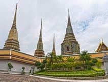Låg ner sikt av pagoder på den Wat Pho templet, Bangkok Royaltyfri Bild