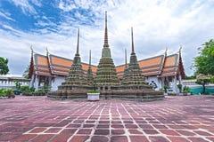 Låg ner sikt av pagoder på den Wat Pho templet, Bangkok Arkivfoton