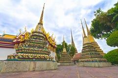 Låg ner sikt av pagoder på den Wat Pho templet, Bangkok Arkivbilder