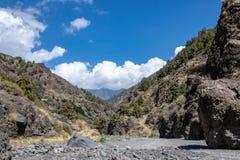 Låg nivåsikt som ser in mot calderaen de Taburiente, Lavän royaltyfri foto