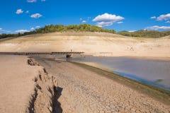 Låg nivåvatten i spansk behållare arkivbild