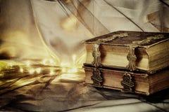 Låg nyckel- bild av den antika berättelseboken Selektivt fokusera Arkivfoton