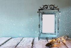 Låg nyckel- bild av den gamla ramen för mellanrum för victorianstålblått Royaltyfri Fotografi