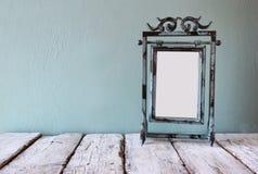 Låg nyckel- bild av den gamla ramen för mellanrum för victorianstålblått Arkivfoto