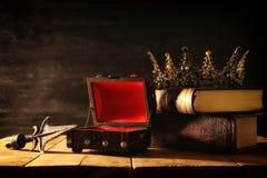 låg nyckel- bild av den härliga drottning-/konungkronan medeltida period för fantasi Selektivt fokusera royaltyfria bilder