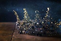låg nyckel- bild av den härliga drottning-/konungkronan medeltida period för fantasi Selektivt fokusera royaltyfri fotografi