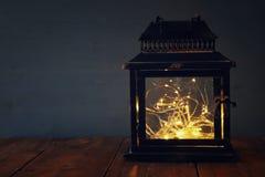 låg nyckel- bild av felika ljus inom den gamla lyktan Royaltyfri Bild