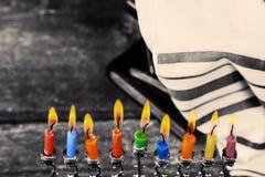Låg nyckel- bild av judisk ferieChanukkahbakgrund med traditionella kandelaber för menoror och bränningstearinljus Royaltyfri Bild