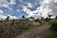 Låg-resurs hus som byggs på ett berg royaltyfria bilder