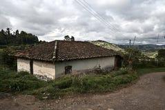 Låg-resurs hus som byggs på ett berg royaltyfri foto