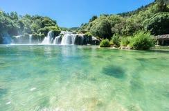 Låg sikt av den Skradinski Buk vattenfallet Arkivfoton
