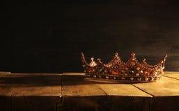låg tangent av den härliga drottning-/konungkronan över trätabellen Filtrerad tappning medeltida period för fantasi Royaltyfria Bilder