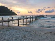 Låg tangent av stranden, sand, bron och skymning i sommar på den Koh Kood ön, Thailand Blåtthav, Sky & moln sommar för snäckskal  Arkivbilder