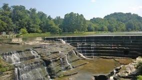 Låg vattenfall med terrasser och träd i bakgrunden Fotografering för Bildbyråer