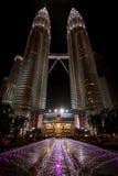 Låg vinkel av de Petronas tvillingbröderna, Kuala Lumpur, Malaysia wi Arkivfoton
