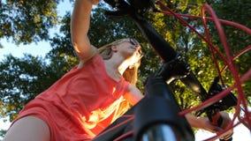 Låg vinkel av den tonårs- flickan som cyklar i sommar arkivfilmer