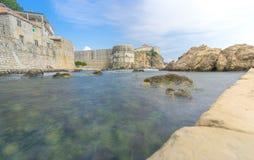Låg vinkel av Dubrovnik& x27; s-stadsväggar med Sunbathers Fotografering för Bildbyråer