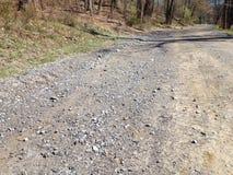 Låg vinkel av en smutsig väg som leder till ingenstans Arkivfoto