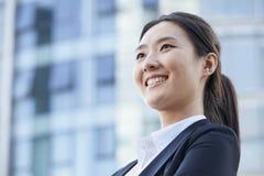 Låg vinkel av en ung affärskvinna Smiling Royaltyfri Fotografi