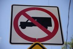 Låg vinkel av ett inget tillåtet gatatecken för lastbilar med en closeupsikt arkivfoton