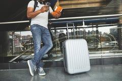 Låg vinkel av ett plast- silverbagage i flygplatsen arkivfoton