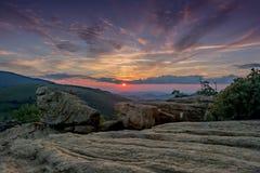 Låg vinkel av Jane Bald Rocks på soluppsättningen Arkivfoto