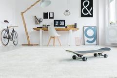 Låg vinkel av minimalist rum Royaltyfri Foto