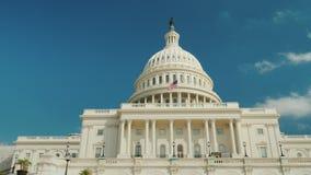 Låg vinkel: Den majestätiska capitolbyggnaden i Washington, DC royaltyfri fotografi